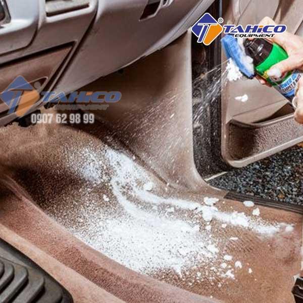 Xịt hóa chất làm sạch chuyên dụng lên để vệ sinh sàn xe